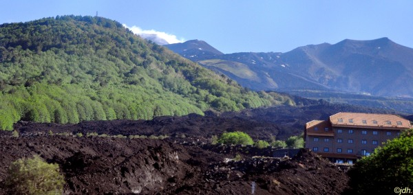 On peu voir, ici en bas de la photo, une  coulée de lave de la dernière éruption de l'Etna (on peu dire que la maison  a eu chaud !